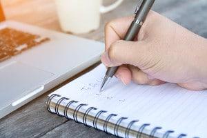 Eine To-Do-Liste ist hilfreich bei der Reisevorbereitung, um nichts zu vergessen