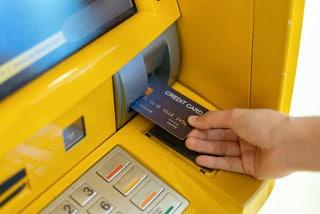 Das Auslandseinsatzentgelt ensteht durch die Nutzung von Kreditkarten zum Abheben von Bargeld an ausländischen Geldautomaten