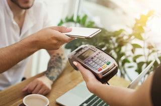 Das Bezahlen per Smartphone etabliert sich unter den bargeldlosen Zahlungsmethoden