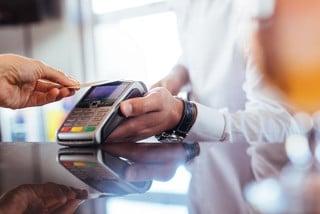 Die bargeldlose Bezahlung mit der Kreditkarte über NFC etabliert sich im Bereich des kontaktlosen Bezahlens