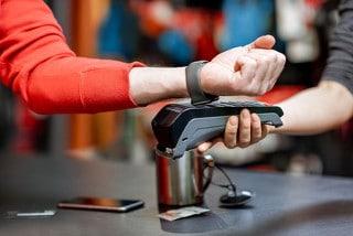 Mithilfe der NFC-Technik können die Zahlungsdaten aus einem Smartphone oder einer Smartwatch ausgelesen werden