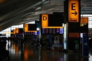 Am Flughafen gilt es, den richtigen Check In Schalter der Airline zu finden