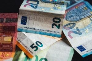 Geld ins Ausland senden ist oft mit Gebühren verbunden