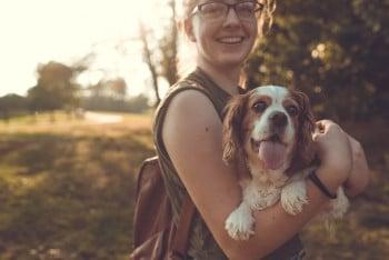 Nachbarn oder Freunde können die Haustierversorgung während der Abwesenheit übernehmen