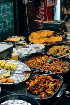 Wer etwas auf die Ausgaben achten muss, findet Lokalitäten, die unter anderem All-you-can-eat Buffets anbieten.