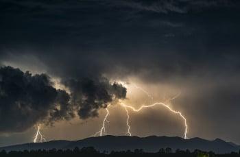 Gegen Naturgewalten wie starken Regen , Sturm oder Gewitter lassen sich prophylaktische Vorkehrungen treffen