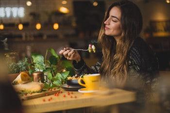 Spezielle Restaurantfinder-Apps helfen bei der Suche nach speziellen Restaurants, die veganes, regionales der nachhaltig produziertes Essen anbieten.