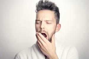 Die klassischen Symptome eines Jetlags sind Müdigkeit, Schlafstörungen sowie verminderte Leistungsfähigkeit und psychosomatische Probleme